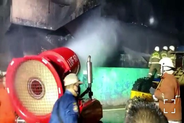Api di Gedung Pasar Minggu Padam, Petugas Damkar Lakukan Pendinginan