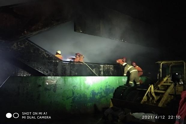 Pemadaman Kebakaran di Pasar Minggu Terkendala Bara Api dan Asap