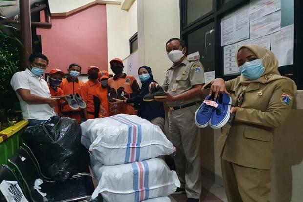 Alhamdulillah, Petugas PPSU Sunter Agung Terima Donasi 155 Pasang Sepatu