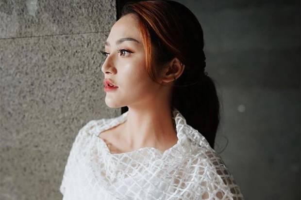 Unik Banget! OOTD Siti Badriah Memakai Label Fashion Lokal