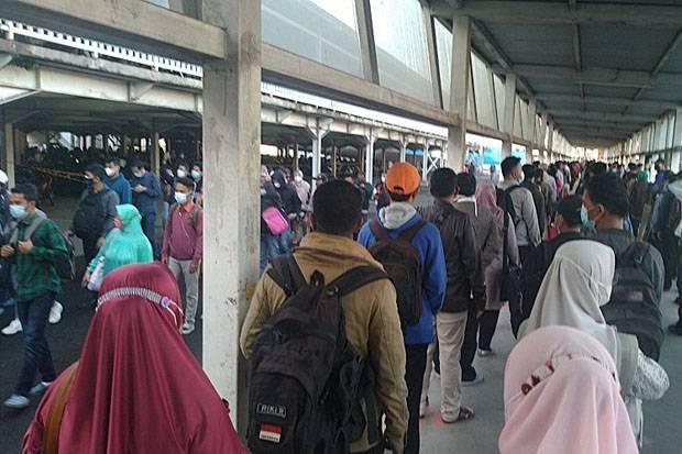 Ngeri, Penampakan Antrean di Stasiun Bogor Pagi Ini, Bikin Penumpang Pasrah