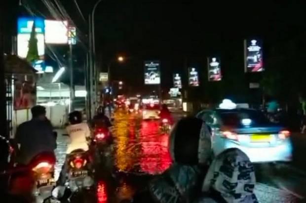 Jalan Raya Jatiwaringin Bekasi Sempat Banjir Setelah Diguyur Hujan Deras