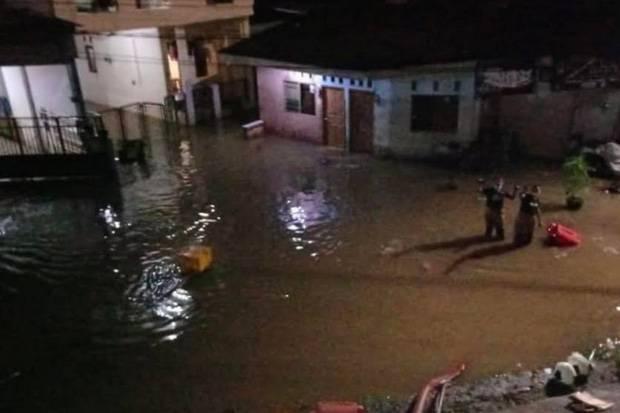 Damkar DKI Terjunkan Personel Sedot Air Atasi Banjir di Cipinang Melayu