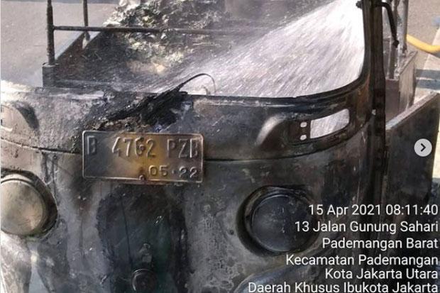 Parkir Pinggir Jalan, Bajaj Terbakar di Dekat Mangga Dua Square