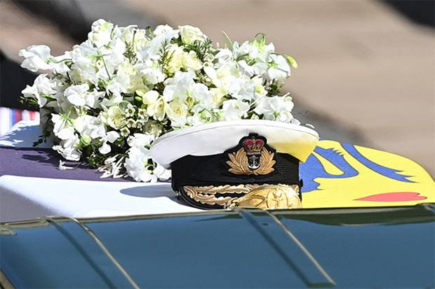 Serba Putih dan Sarat Makna, Ratu Elizabeth II Pilih Sendiri Karangan Bunga untuk Peti Pangeran Philip