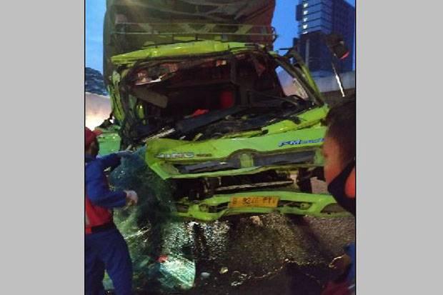 Kecelakaan di Tol JORR KM 20.800, Bagian Depan Truk Ringsek