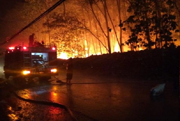 Kebakaran Lapak Ban Bekas di Gunung Putri Bogor, Petugas Kesulitan Lakukan Pemadaman