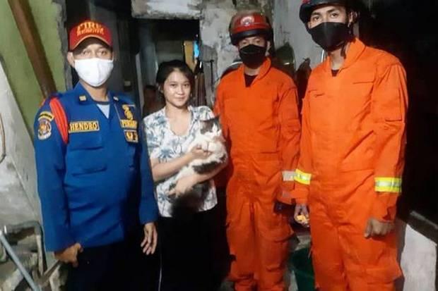 Kucing Diselamatkan Damkar DKI, Warganet Salfok dengan Paras Cantik Pemilik Kucing