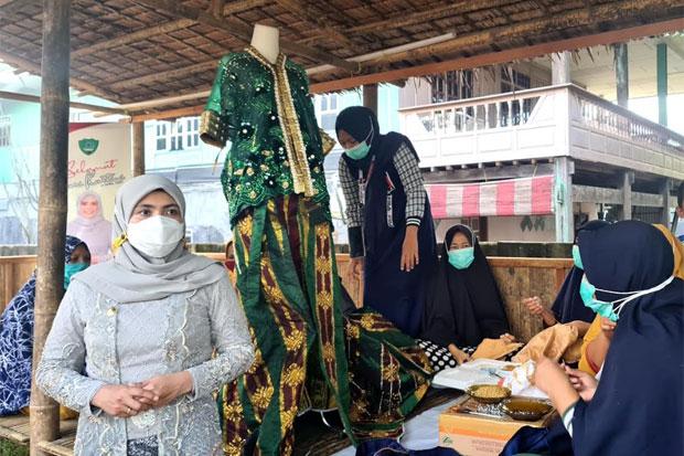 Kunjungi Kelompok Pembuat Kebaya Payet, Suhartina Dorong Perempuan Berdaya
