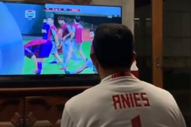 Saksikan Piala Menpora, Anies Pakai Jersey Persija Bernomor Punggung 1