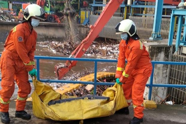 Damkar Evakuasi Jenazah Pria Paruh Baya di Pintu Air Manggarai