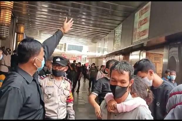 Pasar Tanah Abang Dipadati Pengunjung, Petugas Ancam Tutup Pintu