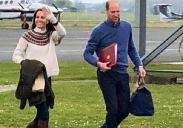 Romantis, Pangeran William Bawakan Tas Longchamp Favorit Kate Middleton