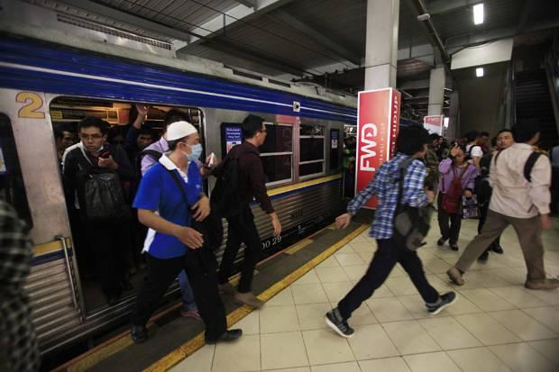 Cerita Bambang Mengejar KRL Terakhir ke Stasiun Tanah Abang