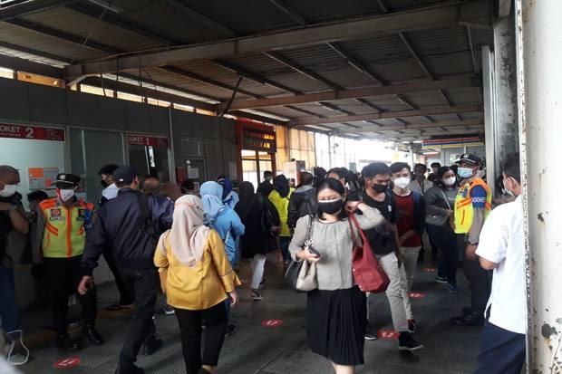 Hari Pertama Pembatasan Operasi Stasiun Tanah Abang, Penumpang KRL Dibuat Bingung
