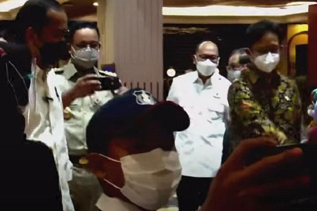 Dampingi Jokowi Tinjau Vaksinasi, Anies Jadi Fotografer Dadakan
