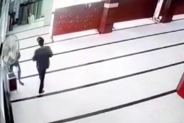 Viral 2 Remaja Gasak Isi Kotak Amal Masjid, Warganet: Neraka Jalur Prestasi!