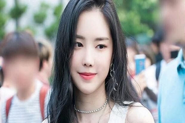 Naeun Apink Resmi Menandatangani Kontrak dengan YG Entertainment