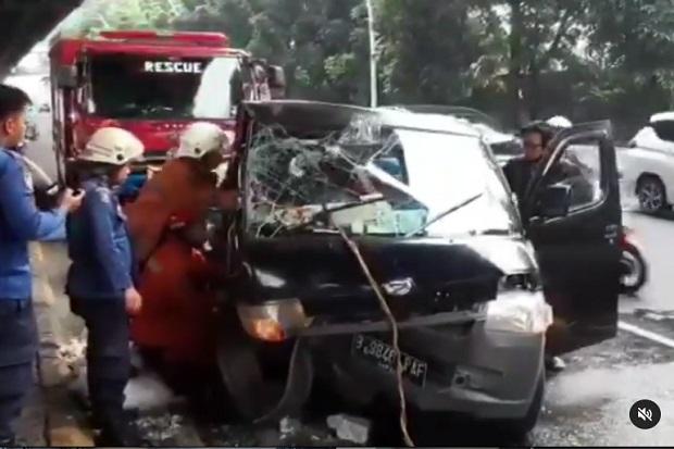 Dramatis! Begini Detik-detik Evakuasi Sopir Pickup yang Terjepit Setelah Tabrak Separator Busway