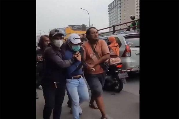 Video Viral! Diduga Mencuri Toko Emas Seorang Pria Diseret Ramai-ramai