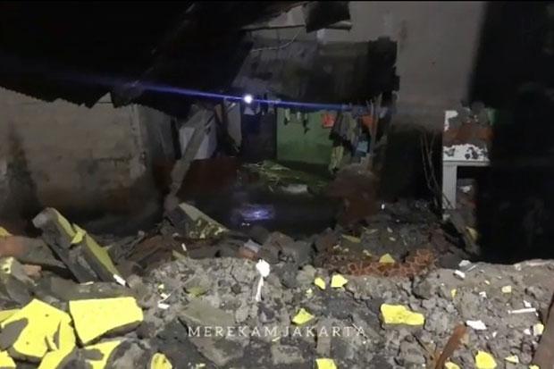 Reruntuhan Longsor Sumbat Kali, Rumah Warga di Jagakarsa Terendam Banjir