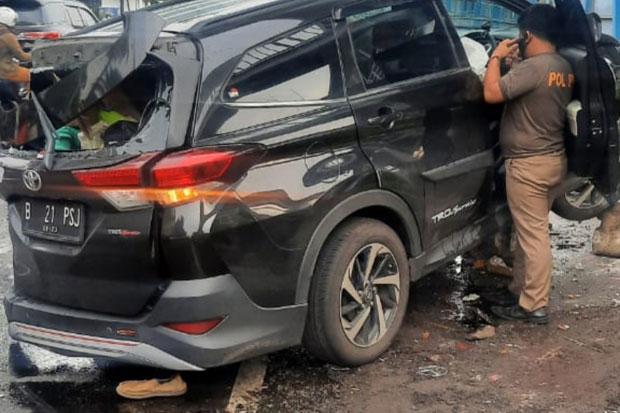 Tabrakan Beruntun, Minibus Remuk Usai Tabrak Pembatas Jalan Transjakarta