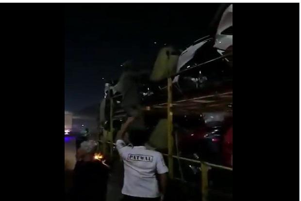 Pemudik Ketahuan Sembunyi di Truk Pengangkut Motor, Netizen: Buat Mudik Aja Susah, WNA Bebas Masuk