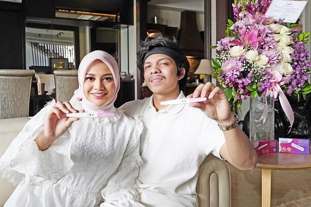 Aurel Hermansyah positif hamil. Selain Aurel Hermansyah, sejumlah artis Tanah Air juga tengah hamil di bulan Ramadhan. Berikut 5 artis hamil di bulan Ramadhan