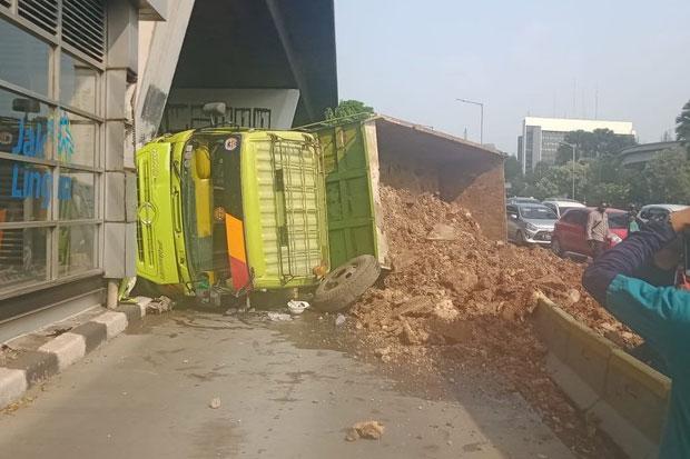 Truk Terguling, Tanah Merah Tutupi Jalur Bus Transjakarta