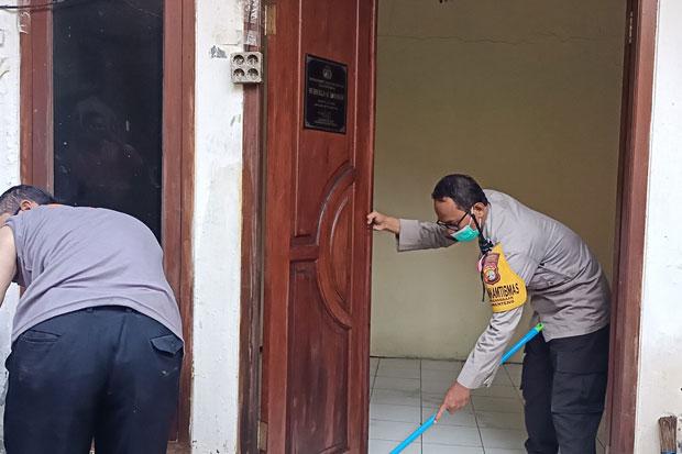 Agar Ibadah Khusyuk, Polisi Bersihkan Musala Al Barokah Pegangsaan