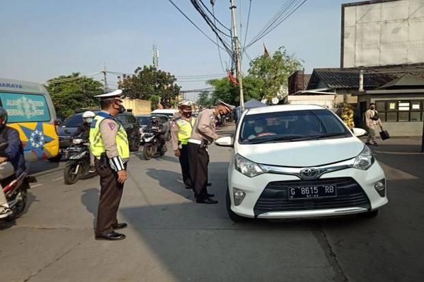 Melihat Aksi Polisi Sigap 24 Jam di Posko Penyekatan Mudik