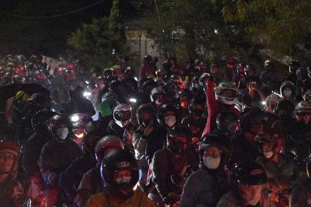 Buruh Pabrik Terpaksa Pulang Jalan Kaki Akibat Macet di Perbatasan Bekasi-Karawang