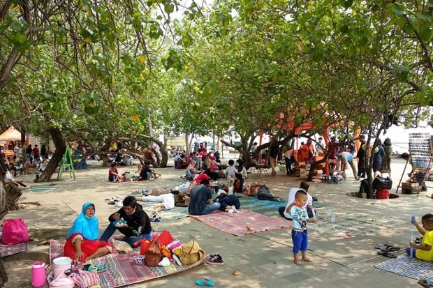 Tak Bisa Mudik, Ratusan Warga Nikmati Liburan di Pantai Ancol