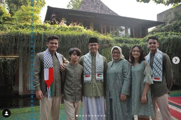 Unggah Foto Bersama Keluarga Salat Ied, Sorban Anies Bikin Gagal Fokus Netizen