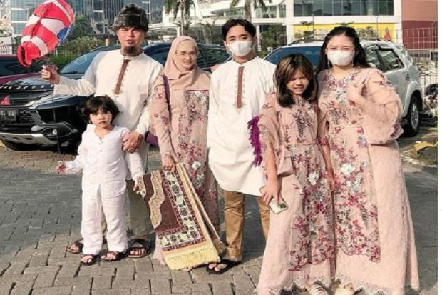 Ini Penampilan Ahmad Dhani Berbaju Koko Kembar dengan Daffi Nugraha Anak Mulan Jameela!