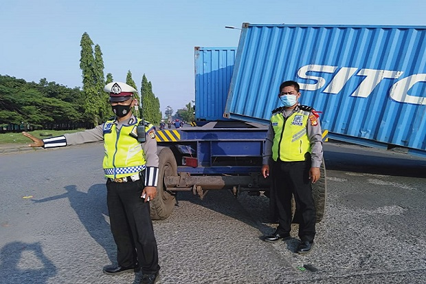 Muatan Truk Kontainer Terlepas Bikin Macet Jalan Arteri Marunda Jakarta Utara