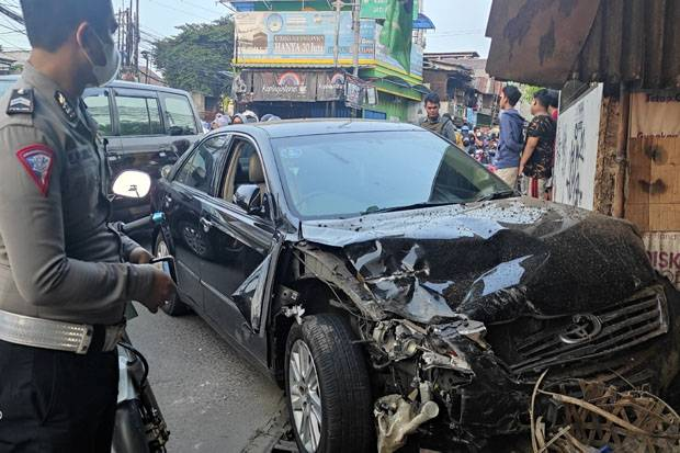 Sopir Diduga Linglung, Sedan Camry Seruduk Warung dan 3 Kendaraan Lain di Bekasi