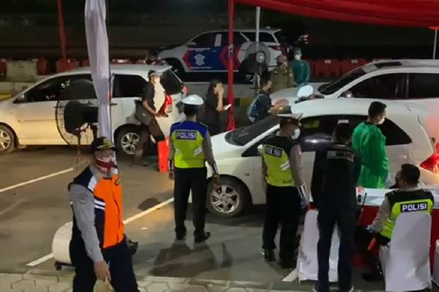 Hendak Masuk Jakarta, Ratusan Kendaraan Lakukan Drive Thru Covid-19 di Km 34 Tol Jakarta Cikampek
