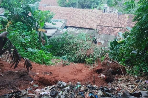 Hujan Deras, 2 Rumah di Tangsel Ambruk Diterjang Longsor