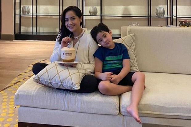 Jalani Puasa 18 Hari, Rafathar Dihadiahi Uang Tunai dari Mama Rieta