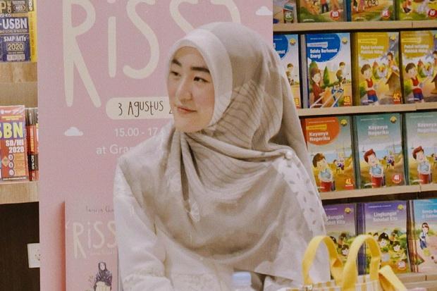 Simpel dan Menarik, Begini Padu Padan Gaya Hijab Larissa Chou