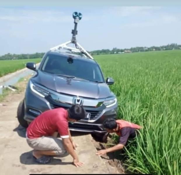 Mobil Google Maps Nyungsep di Sawah, Warganet: Karma!