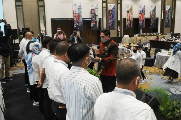 Abdul Hayat Kukuhkan Pengurus Four SMAPAT Makassar