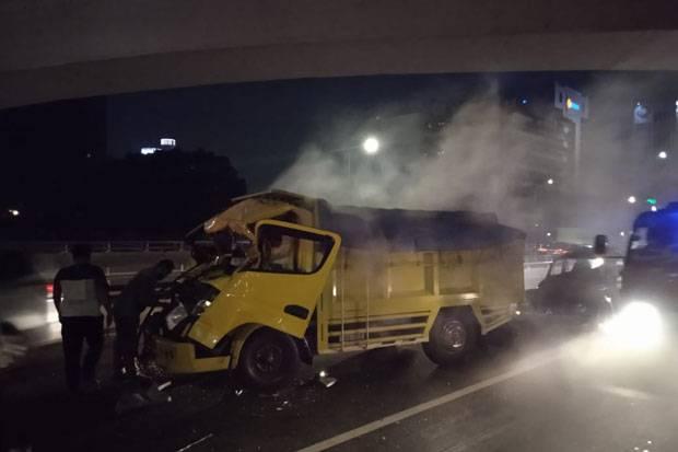 Truk Kecelakaan di Tol Layang Kuningan Arah Slipi, Ada Korban Luka-Luka