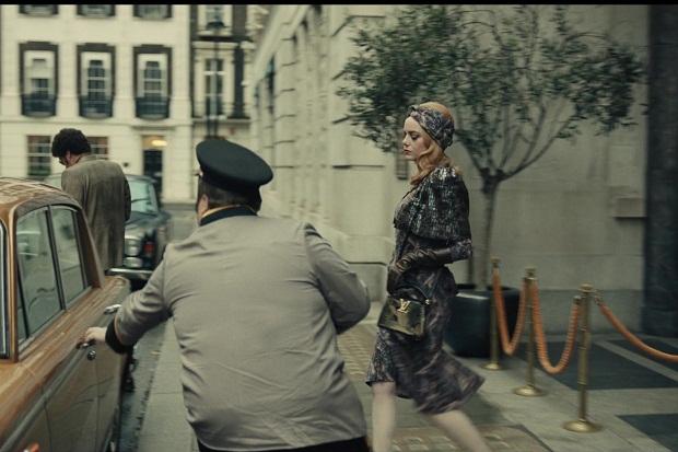 Mengintip Aksesoris Mewah Cruella de Vil di Film Cruella, Salah Satunya Tas Louis Vuitton Capucines