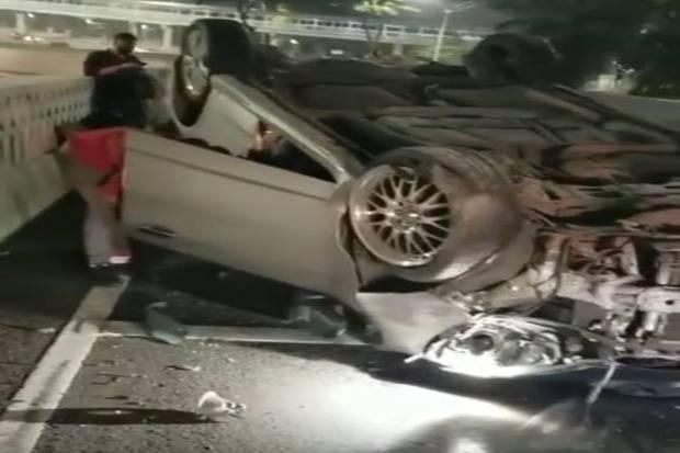 Habis Malam Mingguan Mobil Terbalik di Semanggi, Netizen: Kapal Oleng Kapten