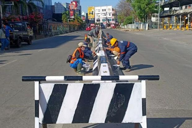 Terus Bergerak, Dinas PU Makassar Kembali Cat Sejumlah Pembatas Jalan