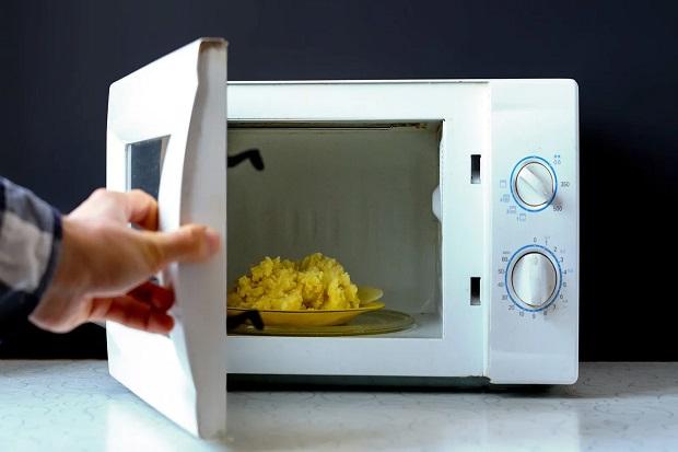 Sering Menghangatkan Makanan, Bahayakah Bagi Kesehatan?