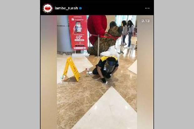 Lihat Petugas Kebersihan di Mall Punguti Kotoran Hewan Pengunjung, Netizen: Parah