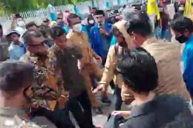 Demo 100 Hari Kerja Bupati Bulukumba Ricuh, Pedemo-Satpol PP Saling Dorong